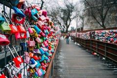 SÖDRA KOREA-26 JANUARI 2017: Tusentals färgrika förälskelsehänglås längs det trä går banan under vinter royaltyfri fotografi