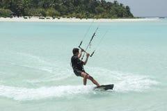 Södra manlig atoll, Maldiverna, 13 Mars 2014: Man som kiteboarding Arkivbild