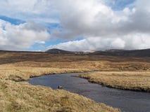 Södra Monadhliath berg, flod Spey, Skottland i vår Royaltyfria Bilder