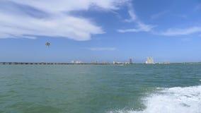 Södra Padre ö och parasail Arkivbild