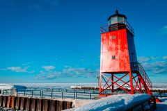 Södra Pier Lighthouse i Charlevoix Michigan Royaltyfri Bild
