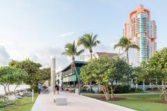Södra Pointe parkerar promenad i Miami Beach, Florida Arkivfoto