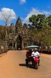 Södra port av Angkor Thom med den lokala tuk-tukbilen Royaltyfria Foton
