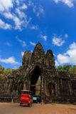 Södra port av Angkor Thom med tuk-tukbilen Royaltyfri Fotografi
