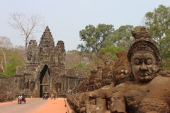 Södra port i Angkor Arkivbilder