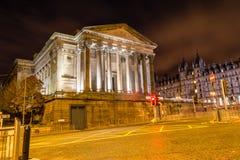 Södra sida av Sts George Hall vid natt Arkivfoto