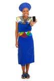 Södra - smart telefon för afrikansk kvinna Arkivbilder