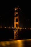 Södra torn av Golden gate bridge på natten Arkivbild
