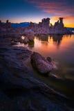 Södra Tufa för mono sjö efter solnedgånglodlinjesammansättning Royaltyfri Bild