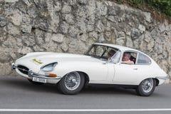 Södra Tyrol Rallye 2016_Jaguar E-typ vit Royaltyfri Bild