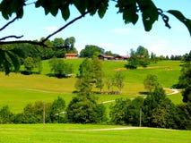 Södra tyskt landskap med den försiktiga kullar och lantgården royaltyfri fotografi