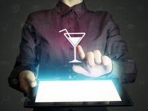 Sök för underhållning, restauranger, klubbor, kaféer, via internet arkivbild