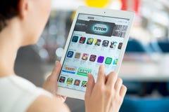 Söka efter nya apps på App Store Royaltyfri Bild