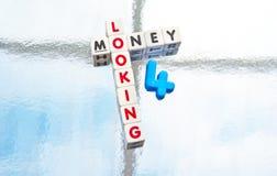 Söka efter pengar Arkivbilder