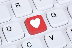 Söka partnern och förälskelse direktanslutet på internetdatummärkningdatoren Royaltyfri Foto
