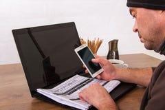 Sökande för ett ny jobb eller anställning arkivbild