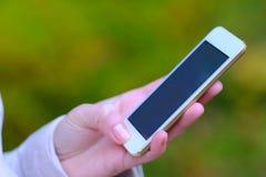 Sökande för något i telefonen arkivfoton