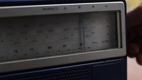 Sökande för radiostationer stock video