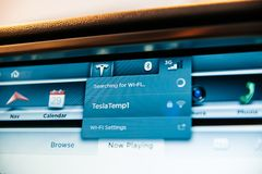 Sökande för Wi-Fi på datoren för instrumentbräda för Tesla modell S Arkivbild