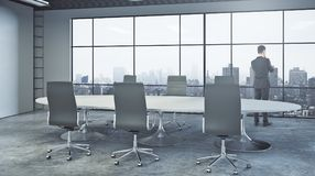 Sökande inspiration för affärskvinna som upp till ser den tomma kontorsväggen Arkivfoto