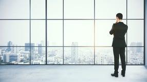 Sökande inspiration för affärskvinna som upp till ser den tomma kontorsväggen Arkivfoton