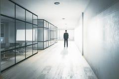 Sökande inspiration för affärskvinna som upp till ser den tomma kontorsväggen Royaltyfri Fotografi