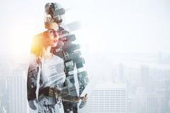 Sökande inspiration för affärskvinna som upp till ser den tomma kontorsväggen Royaltyfria Foton