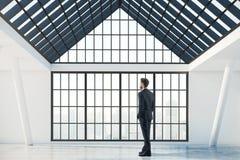 Sökande inspiration för affärskvinna som upp till ser den tomma kontorsväggen Arkivbilder