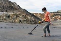 Sökande med en metalldetektor i sedimentära bottensatser arkivbilder