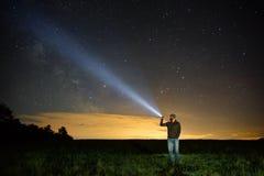 Sökande med ficklampan i utomhus- Royaltyfri Foto