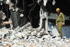Sökande och räddningsaktion till och med byggnadsspillror efter en katastrof Arkivfoto