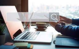Sökande och stora databegrepp med den manliga handen genom att använda den smarta telefonen med tecknet för sökandemotorsymbol royaltyfria bilder