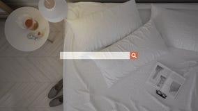Sökande som bläddrar, information om internetdata, över modernt sovrum med säng, bästa sikt royaltyfria foton