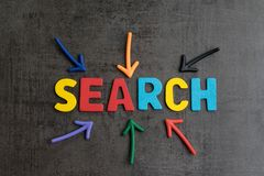 Sökandebegrepp, bästa väg som finner websiten och innehållet från internet, resultat vid SEO-rangen, pilar som pekar för att uttr fotografering för bildbyråer