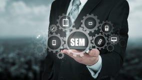 Sökandemotormarknadsföring - SEM 2000begrepp Affärsmannen eller programmerare fokuseras för att förbättra SEM 2000- och rengöring Arkivfoto