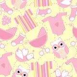 Sömlös bakgrund av baby showerillustrationen med gulliga rosa färger behandla som ett barn kläder, sockan och ugglan Royaltyfri Illustrationer