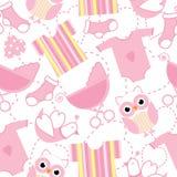 Sömlös bakgrund av baby showerillustrationen med gulliga rosa färger behandla som ett barn kläder, sockan och ugglan Arkivfoto