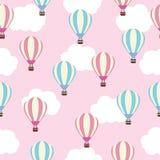 Sömlös bakgrund av baby showerillustrationen med gulliga rosa färger och den blåa ballongen för varm luft på rosa himmel som är p Fotografering för Bildbyråer