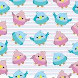 Sömlös bakgrund av baby showerillustrationen med gulligt behandla som ett barn fåglar på bakgrund för rosa och blåa band Arkivfoto