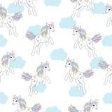 Sömlös bakgrund av den djura illustrationen med den gulliga enhörningen på bakgrund för blå himmel Arkivbilder