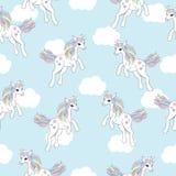 Sömlös bakgrund av den djura illustrationen med den gulliga enhörningen på vit molnbakgrund Stock Illustrationer