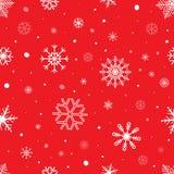 Sömlös bakgrund för jul med snöflingor Snöflingavektormodell på röd bakgrund Kan användas som julkort Arkivfoto