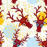 Sömlös bakgrund med bruna hjortar på ett orange ljus - blå bakgrund nytt år Vinter Arkivbild