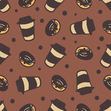 Sömlös bakgrund med en modell av koppar kaffe och läckra donuts Dragit sömlöst för kaffeattributfärg hand Arkivfoton
