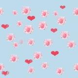 Sömlös blå bakgrund med rosor och hjärtor Fotografering för Bildbyråer