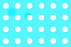 Sömlös blå bakgrund med vita piller royaltyfria foton