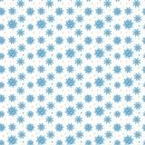 Sömlös blå modell av många snöflingor på vit bakgrund CH Royaltyfri Fotografi