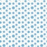 Sömlös blå modell av många snöflingor på vit bakgrund CH Royaltyfri Foto