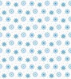 Sömlös blå modell av många snöflingor på vit bakgrund CH Arkivfoton