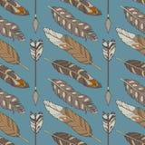 Sömlös boho för blå grafisk illustration och ethnomodell med naturliga örnfjädrar och pilar vektor illustrationer